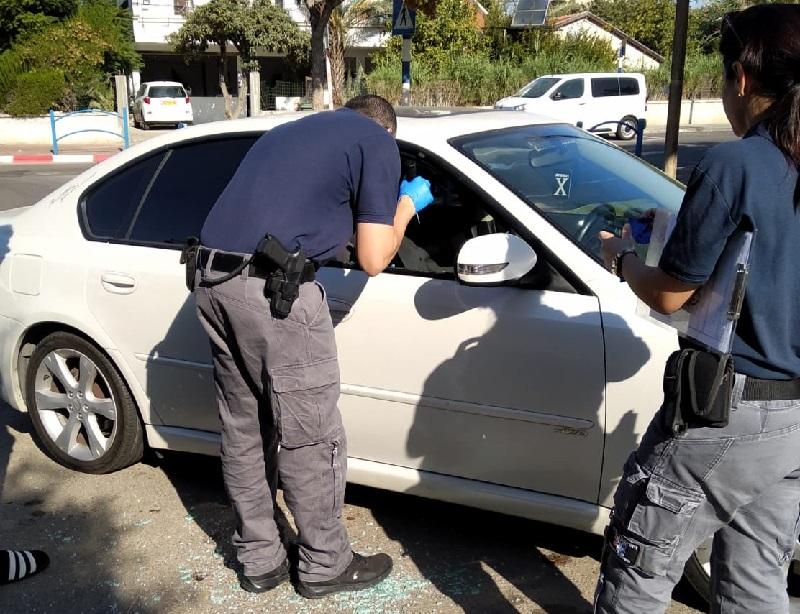 שוטרים בסמוך לאחד הרכבים שנפרצו בקרית עקרון