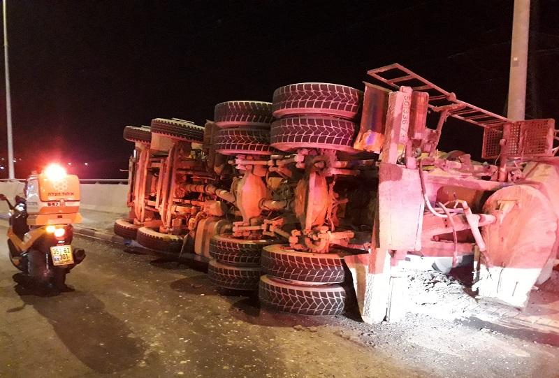 משאית שהתהפכה בגשר הרעות (צילום: דוברות איחוד הצלה)