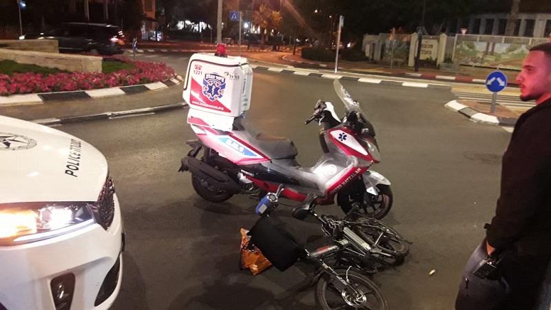 רוכב אופניים חשמליים בתאונה עצמית ברחוב זכריה מדאר ברחובות (צילום: דוברות איחוד הצלה)