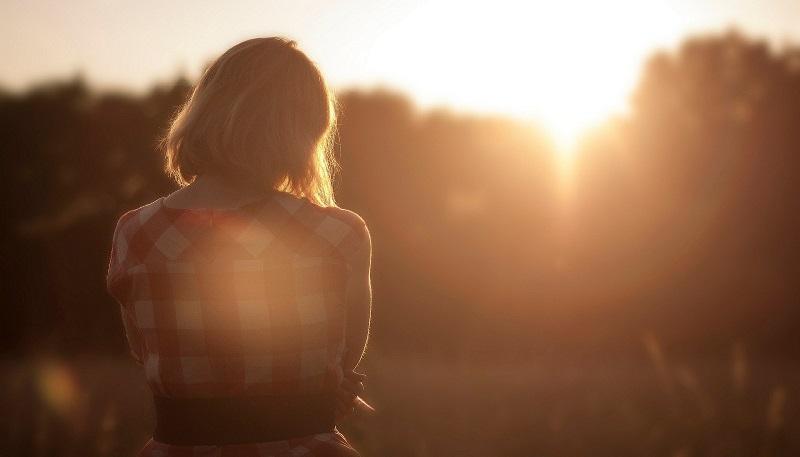אישה לבדה צילום אילוסטרציה