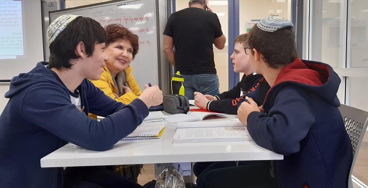 """עמליה חיימוביץ' עם תלמידי אמי""""ת עמיחי"""