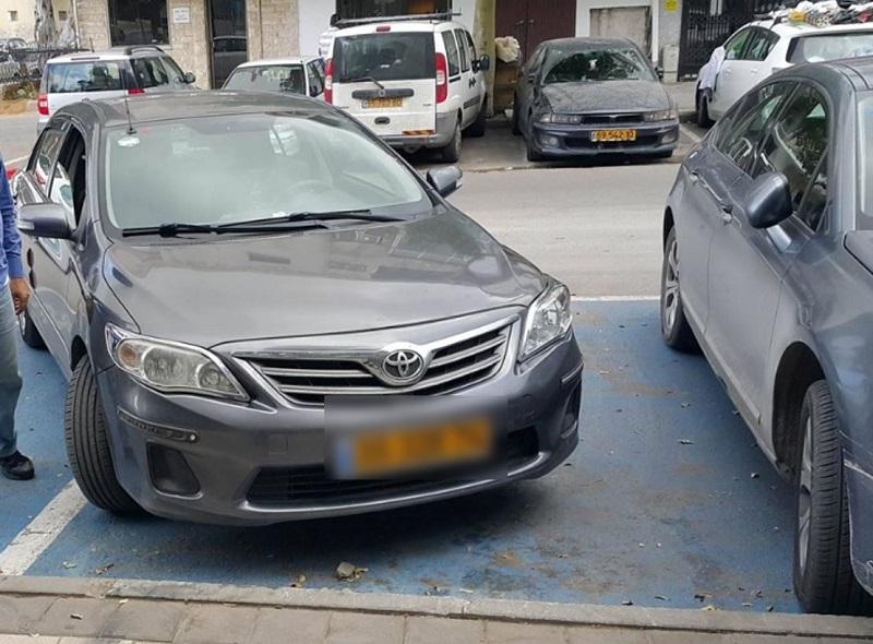 רכב שחונה בשתי חניות נכים בניגוד לחוק (צילום: עמותת אור ירוק)