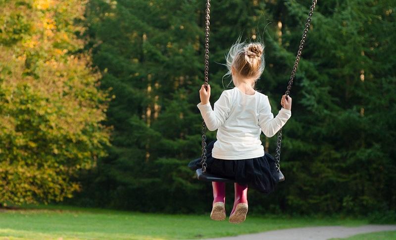 ילדה על נדנדה צילום אילוסטרציה