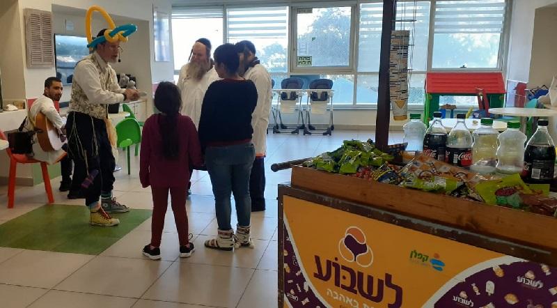"""מתנדבי ארגון """"לשבוע"""" במסיבת חנוכה במחלקות הילדים בקפלן"""