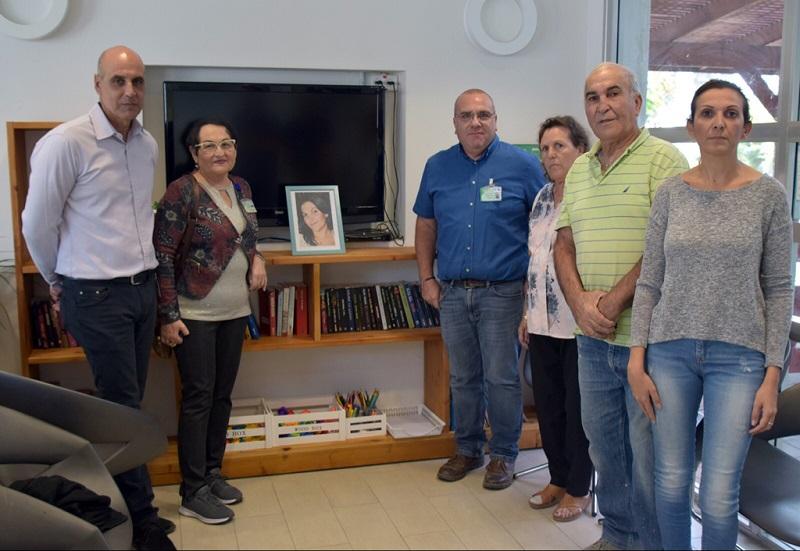צוות מכון נווה אור עם משפחת צדקה והספרייה החדשה (צילום: גלעד שעבני)