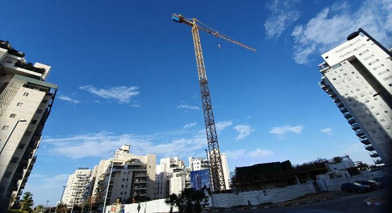 מנוף באתר בנייה ברחובות (צילום: מיכל עוזרי)