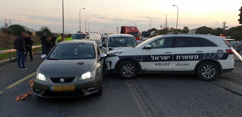 חטף רכב מנהגת סמוך לרחובות וניגח שוטרים שחסמו את דרכו