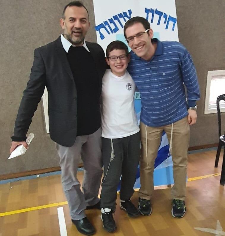 הזוכה במקום הראשון בתחכמוני, ינון תאומים עם המנהל אסי אדרי ואביו