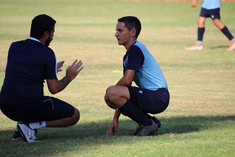 שחקן מחלקת נוער מקבל הוראות מהמאמן