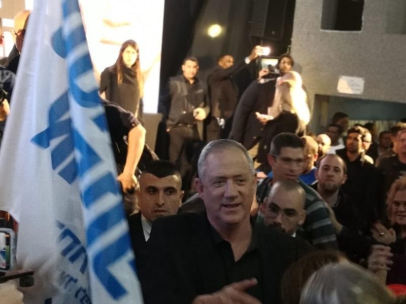 בני גנץ מגיע לכנס הבחירות ברחובות