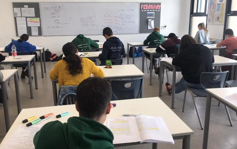 תלמידים בדרך לעוד בחינה (צילום: יעל גוראון)