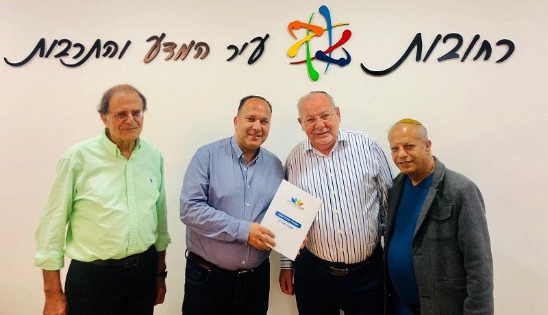 מנכ״ל החברה העירונית מגיש את תוכנית העבודה לשנת 2020 לראש העיר