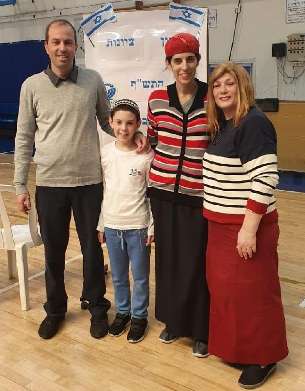 הזוכב במקום הראשון במעלות משולם, אריאל ביכלר עם המורה יהודית שהרבני והוריו