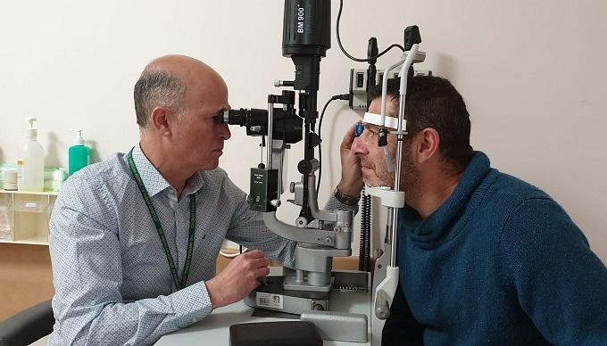 """ד""""ר ערן פרס וולרי וולפובסקי בבדיקת עיניים (צילום: דוברות שמיר)"""