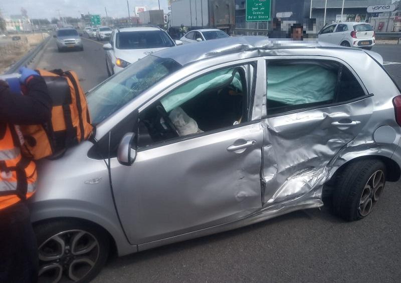 תאונת דרכים בכניסה לבילו סנטר (צילום: דוברות איחוד הצלה)