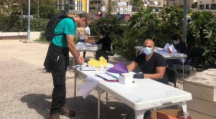 חלוקת שוברי קמחא דפסחא למתנדבים ברחבת העירייה