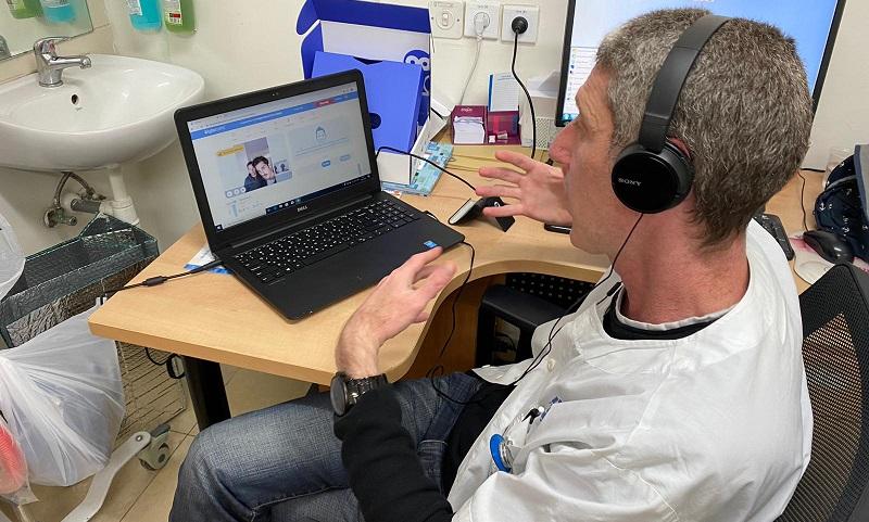 """ד""""ר אורי בלה מקפלן בשיחה עם אור בן אוליאל על השימוש בטייטו (צילום: אופיר לוי)"""