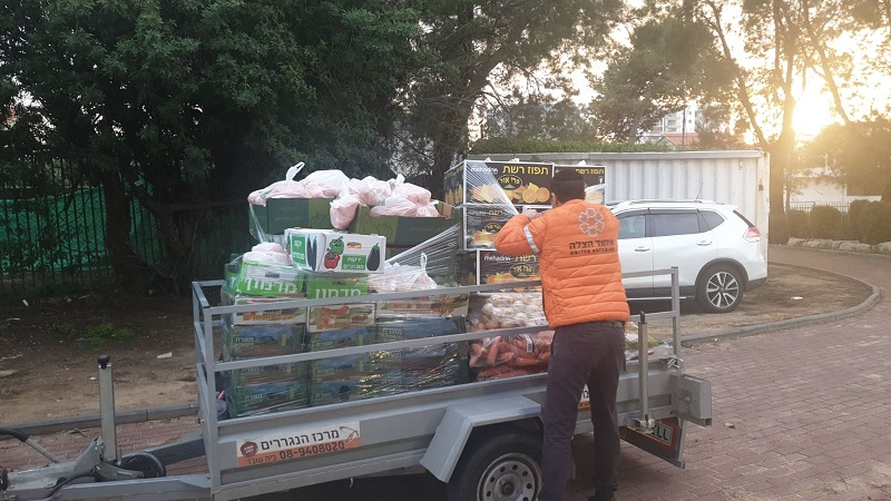 ערכות מזון שחולקו לנזקקים ברחובותאמש