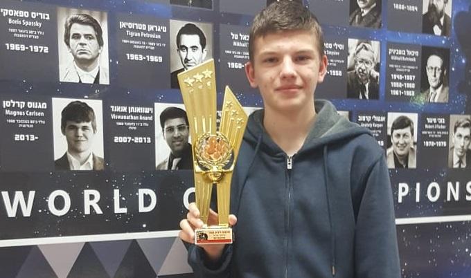 ויגור סטולארסקי עם גביע השחמט