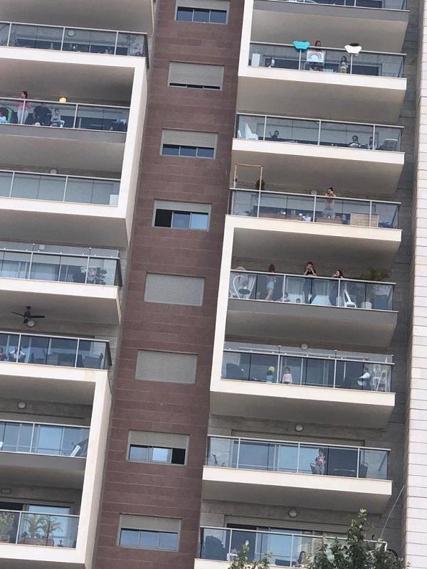 חוגגים במרפסות במהלך אירועי חוויות עד הבית