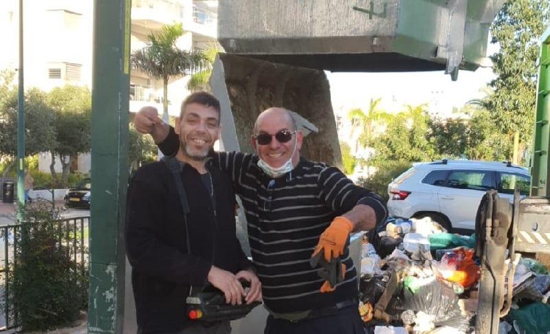 צ׳ארלי פשרל ואיתן שוורץ לאחר שנמצאה המעטפה
