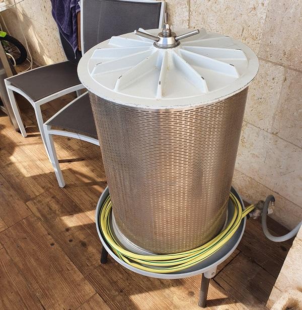 חלק מהמעבדה לייצור מיץ גת (צילום: דוברות המשטרה)