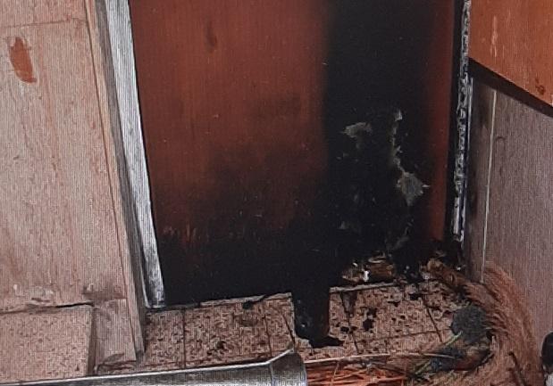 הדלת שהוצתה (צילום: דוברות המשטרה)