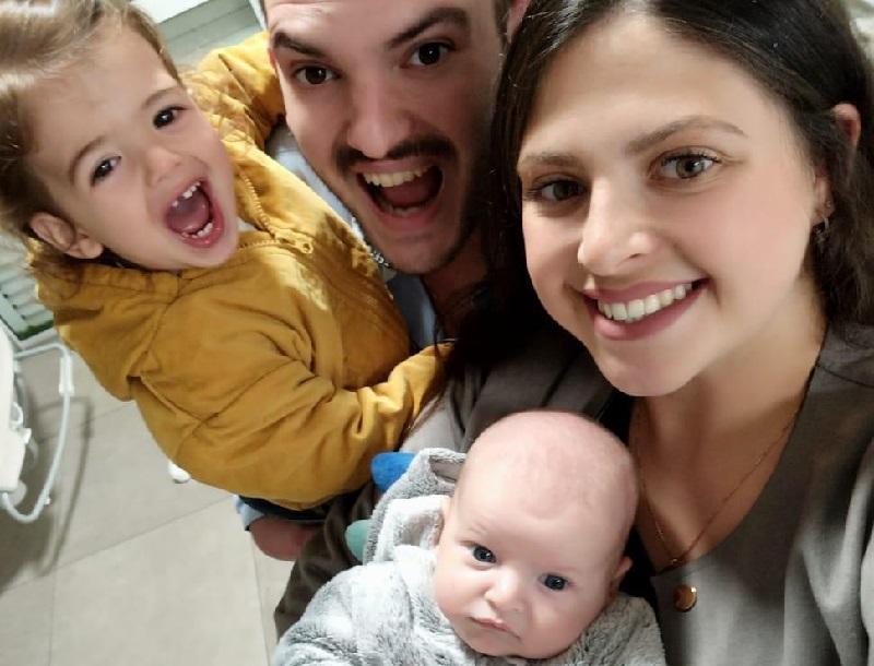 משפחת אהרון עם ינאי הקטן (צילום: מכבי שירותי בריאות)