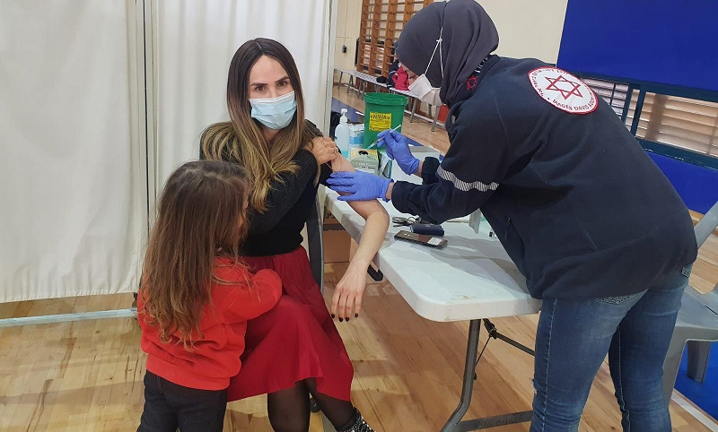 מתחסנים במנה ראשונה במתחם החיסונים המהיר