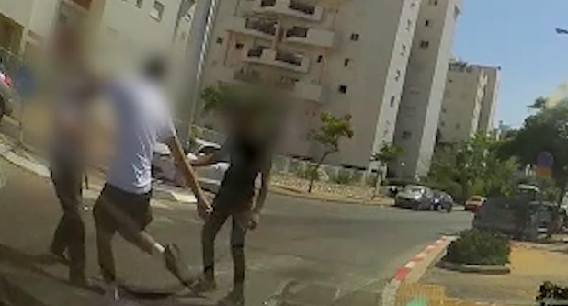 שני אחים תוקפים בן 73 שצפר להם (צילום: דוברות המשטרה)