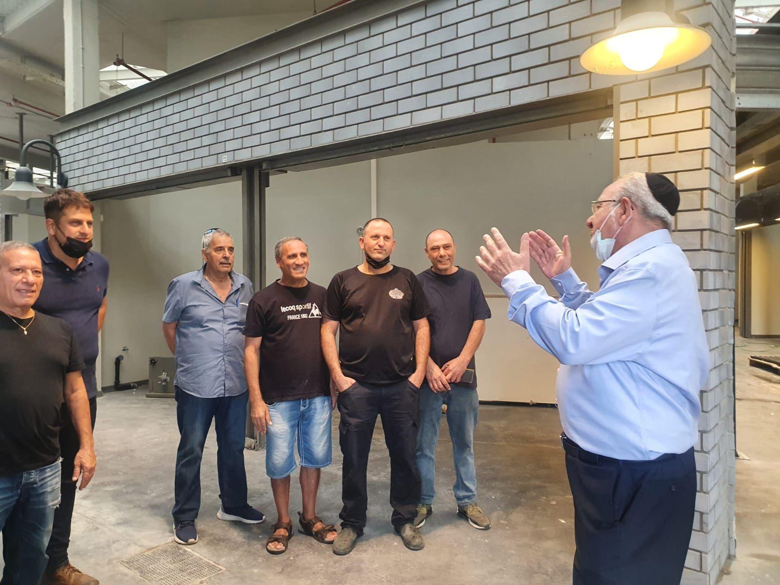 ראש העיר רחמים מלול וסגנו עו״ד יניב מרקוביץ׳ בסיור השבוע בשוק העירוני החדש עם סוחרי השוק